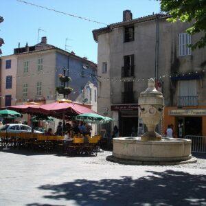 1024px-Place_de_la_Mairie_(Tourves)